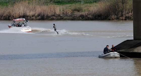 Un surfista invade la zona de búsqueda. / Juan Carlos Vázquez