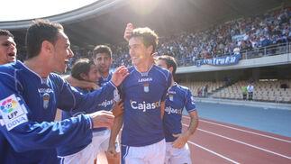 Calle celebró con los aficionados de Gol Sur su tanto mientras es felicitado por sus compañeros.  Foto: Juan Carlos Toro