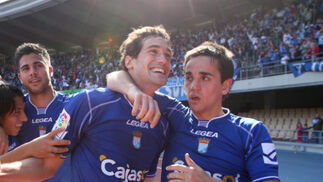 Carlos Calvo felicita a Calle por su gol que, a la postre, le daría los tres puntos al Xerez.  Foto: Juan Carlos Toro