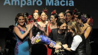 La alcaldesa Pilar Sánchez fue la encargada de clausurar el desfile de la jerezana Amparo Maciá  Foto: Manuel Aranda