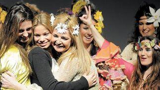 La diseñadora Aurora Gaviño despidió ayer el desfile en compañía de Alejandra Ortiz y Carla Goyanes.  Foto: Manuel Aranda