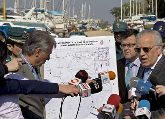 El responsable del dispositivo de búsqueda, junto al delegado y subdelegado del Gobierno en Andalucía explicando las labores de rastreo en Puerto Gelves.  Foto: Eduardo Abad (Efe)