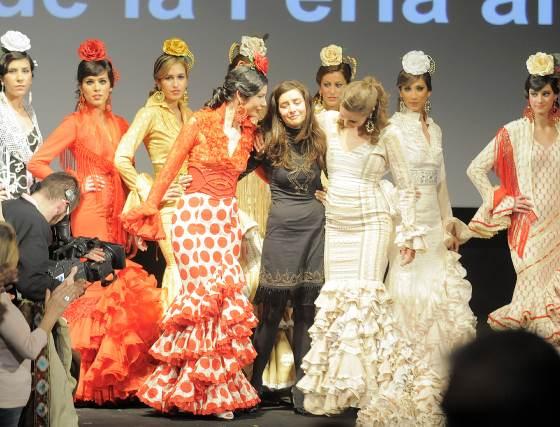 Macarena Beato recibió emocionada el aplauso del público. Su colección rendía homenaje a Faly Cornejo.  Foto: Manuel Aranda