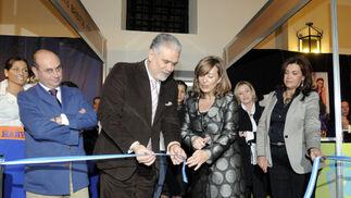 La alcaldesa inauguró la segunda edición de la Pasarela Jerez 2009 y los stands de las firmas colaboradoras.  Foto: Manuel Aranda