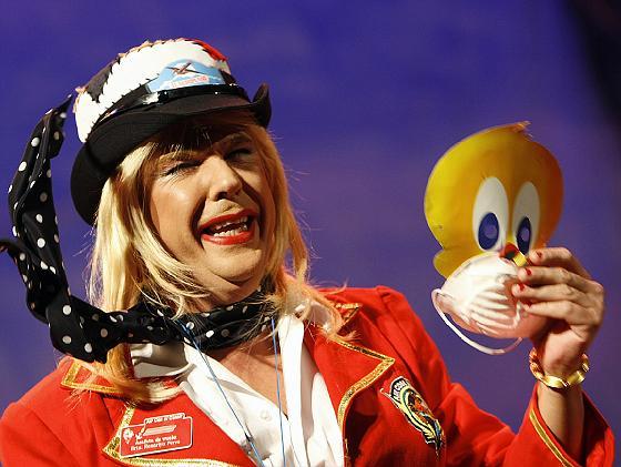 Una de las azafatas de la aerolínea 'Air con el carair, carair, carair...'  Foto: Jose Braza