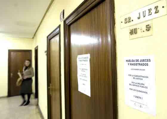 Las paredes de la Audiencia están empapeladas con carteles que llaman a la huelga de los jueces y magistrados./ Eduardo Abad  Foto: Juarn Carlos Muñoz