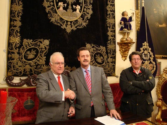 Javier Criado, hermano mayor, y Pedro Ellauri, consejero delegado de USP Clínica Sagrado Corazón, durante la firma del convenio de colaboración.
