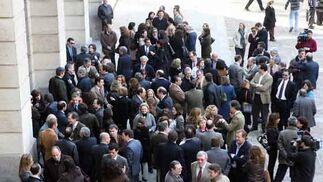 Numerosos magistrados y medios de comunicación se han concentrado frente a la puerta de la Audiencia de Sevilla.  Foto: Juarn Carlos Muñoz