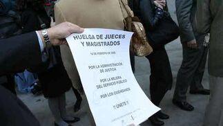 Uno de los asistentes a la huelga muestra el cartel de llamamiento para la misma.  Foto: Juarn Carlos Muñoz