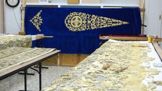 Bambalinas del palio de Madre de Dios de la Misericordia. Al fondo, estandarte para la hermandad de la Oración en el Huerto de El Puerto.  Foto: J. M.