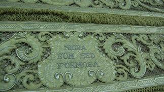 Detalle de una de las leyendas de una de las bambalinas del palio de Madre de Dios de la Misericordia.  Foto: J. M.