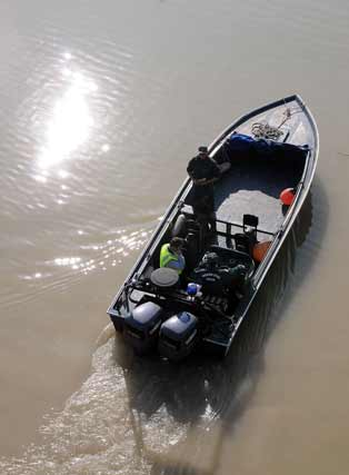 Vista desde arriba de una de las embarcaciones que peinan el río Guadalquivir desde el pasado sábado 14 de febrero  Foto: Juan Carlos Vazquez/Victoria Hidalgo/Jose Angel Garcia