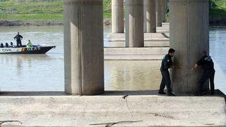 Una cuerda marca ahora las zonas en las que trabaja la Guardia Civil para no perder detalle  Foto: Juan Carlos Vazquez/Victoria Hidalgo/Jose Angel Garcia