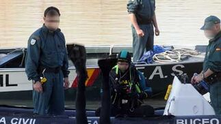 Un buzo se introduce en el río ante la atenta mirada de otros agentes de la Guardia  Foto: Juan Carlos Vazquez/Victoria Hidalgo/Jose Angel Garcia