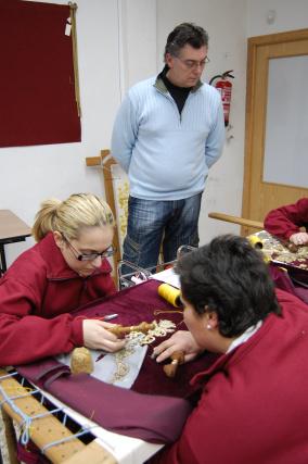 En los meses previos a la Semana Santa, el taller de Ildefonso Jiménez cuenta hasta con 14 personas trabajando.  Foto: J. M.