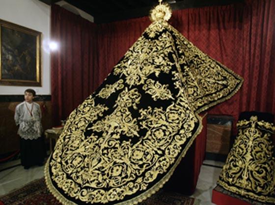 Presentación y bendición del nuevo manto y saya de la Virgen de la Soledad.  Foto: Antonio Pizarro