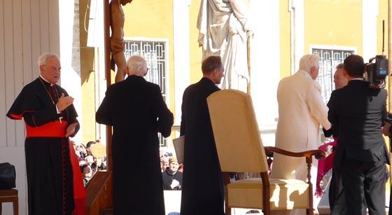 El cardenal Amigo y otros sacerdotes junto a Benedicto XVI en el altar de la plaza de San Pedro.  Foto: D.S.