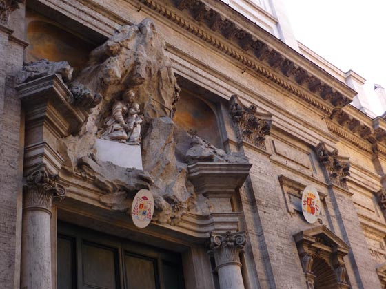 La iglesia de Santa María de Montserrat de los españoles con el escudo de monseñor Amigo.  Foto: D.S.