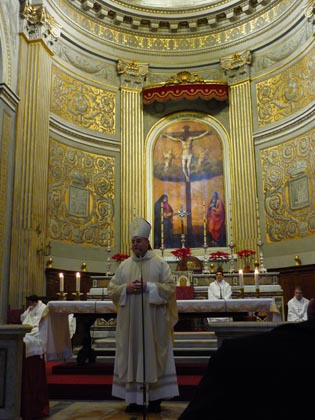 El cardenal en la misa oficiada en la iglesia de Santa María de Montserrat de los españoles.  Foto: D.S.