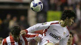 Fazio busca el remate de cabeza en un salto ante el rival.  Foto: Antonio Pizarro