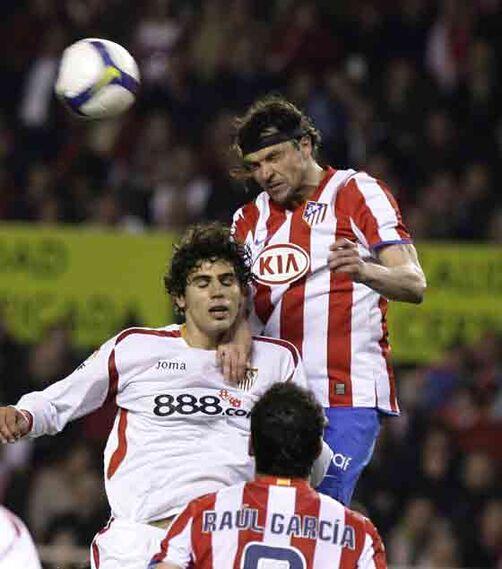 Fazio no puede llegar a una pelota aérea.  Foto: Antonio Pizarro