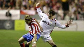 Forlán tuvo más claridad en ataque con la entrada de Agüero.  Foto: Antonio Pizarro