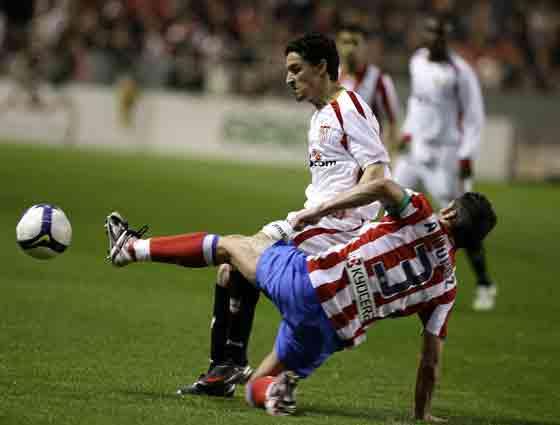 Jesús Navas logra zafarse de la entrada de Antonio López.  Foto: Antonio Pizarro