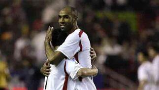 Kanouté y Navas se funden en un emotivo abrazo.  Foto: Antonio Pizarro