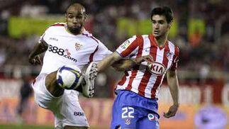 Kanouté controla un balón con el exterior.  Foto: Antonio Pizarro