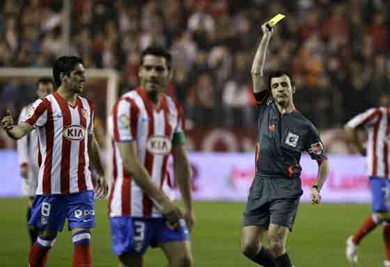 Pérez Lasa mostró seis tarjetas amarillas en todo el encuentro.  Foto: Antonio Pizarro