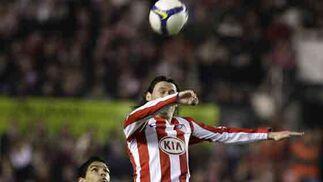 Renato aguarda a que baje el balón para controlarlo.  Foto: Antonio Pizarro