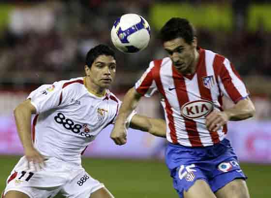 Renato mira cómo un rival se lleva el balón con la cabeza.  Foto: Antonio Pizarro