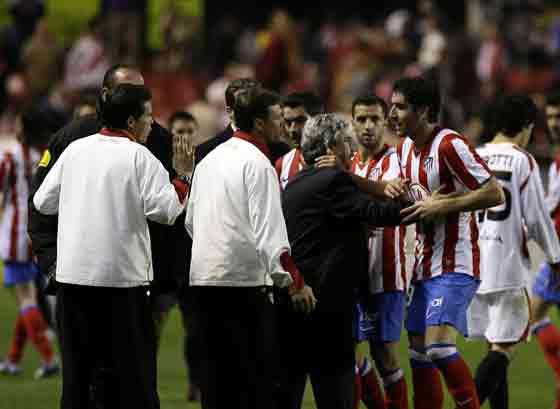 La tensión y la decepción se apoderaron de los jugadores atléticos al final del partido.  Foto: Antonio Pizarro