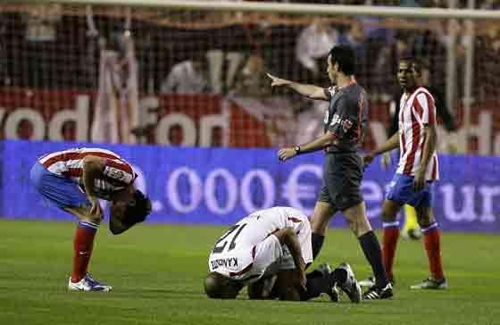 Los jugadores de ambos conjuntos colisionaron en más de una ocasión durante el partido.  Foto: Antonio Pizarro