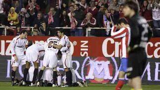 Los jugadores del Sevilla celebran el gol pasado el tiempo reglamentario.  Foto: Antonio Pizarro