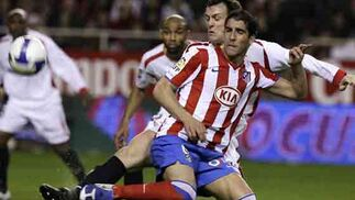 Los jugadores mantuvieron una lucha sin tregua los 90 minutos de partido.  Foto: Antonio Pizarro