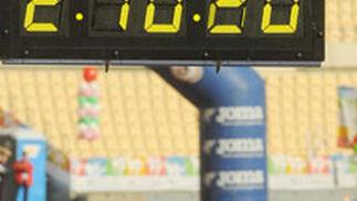 El etíope Abebe cruza la línea de meta en solitario, estableciendo el nuevo récord mundial de la prueba.  Foto: Juan Carlos Vázquez
