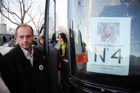 El padre de Marta, Antonio del Castillo, se dispone a subir al autobús con destino Madrid.  Foto: Juan Carlos Vázquez / Alberto Morales