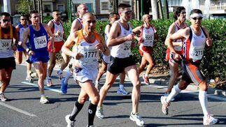Corredores del XXV Maratón Ciudad de Sevilla aún en los primeros kilómetros de la prueba.  Foto: Juan Carlos Vázquez