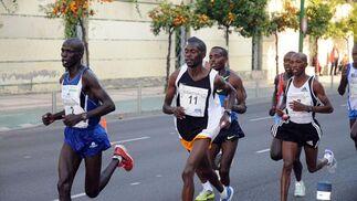 Grupo de corredores africanos a su paso por la Isla de la Cartuja.  Foto: Juan Carlos Vázquez