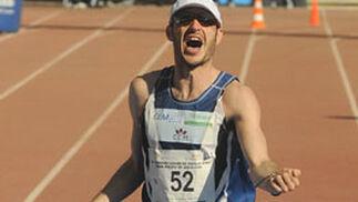 El español Rafael Iglesias entra tercero en la meta del XXV Maratón Ciudad de Sevilla.  Foto: Juan Carlos Vázquez