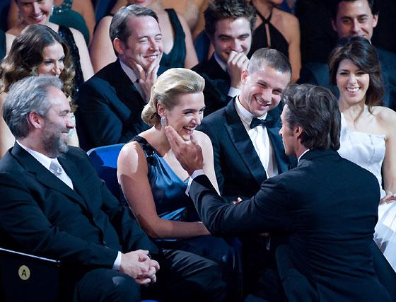 Hugh Jackman coquetea con Kate Winslet ante la mirada divertida de su marido, Sam Mendes, sentado a la derecha de la actriz, de Marisa Tomei y de Matthew Broderick, detrás.  Foto: Ampas