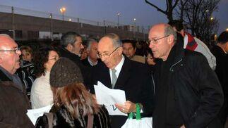 El abuelo de Marta distribuye las listas de pasajeros de los autobuses.  Foto: Juan Carlos Vázquez / Alberto Morales