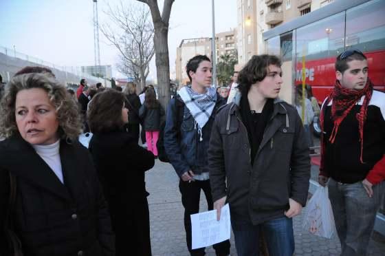Los amigos de Marta esperan para montarse en el autobús.  Foto: Juan Carlos Vázquez / Alberto Morales