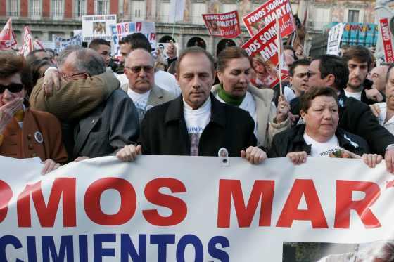 El padre y el abuelo de Marta, emocionado, presidieron la manifestación.  Foto: Juan Carlos Vázquez / Alberto Morales