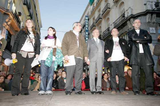 Al final de la manifestación el padre de Marta leyó un manifiesto.  Foto: Juan Carlos Vázquez / Alberto Morales