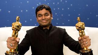A. H. Rahman posa con los Oscar a la Mejor Música y a la Mejor Canción por 'Slumdog Millionaire'.  Foto: Ampas
