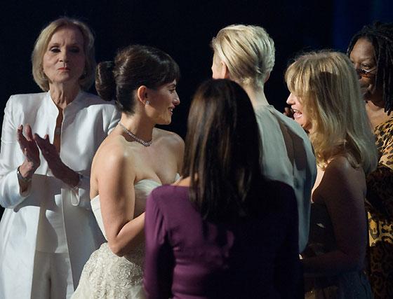 Penélope Cruz recibe el Oscar de Eva Marie Saint, Goldie Hawn, Anjelica Huston, Tilda Swinton y Whoopi Goldberg.  Foto: Ampas
