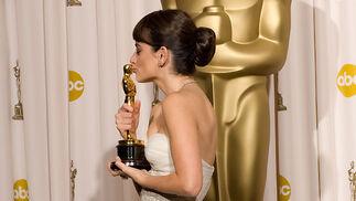 Penélope Cruz besa su Oscar en la sala de prensa.  Foto: Ampas