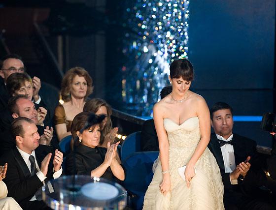 Penélope Cruz sube a recoger el Oscar.  Foto: Ampas